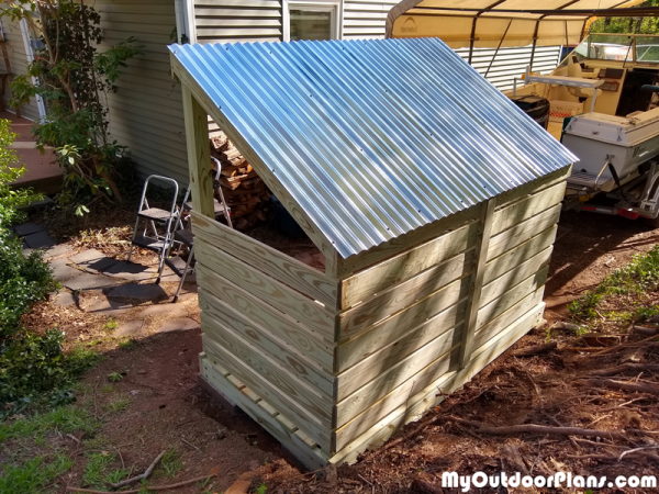 Fitting-the-roof-to-the-wood-shed