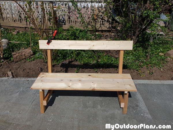 Attaching-the-backrest-to-the-garden-bench