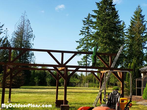 Fitting-the-ridge-beam---16x28-Pavilion