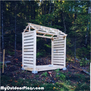 Fitting-the-roof-to-the-firewood-shed