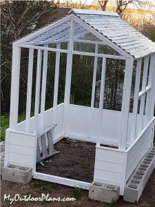 Fitting-the-roof-to-the-small-greenhouse